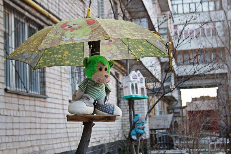Μαλακός πίθηκος παιχνιδιών κάτω από την ομπρέλα ως διακόσμηση στο ναυπηγείο στο Βόλγκογκραντ στοκ εικόνες με δικαίωμα ελεύθερης χρήσης
