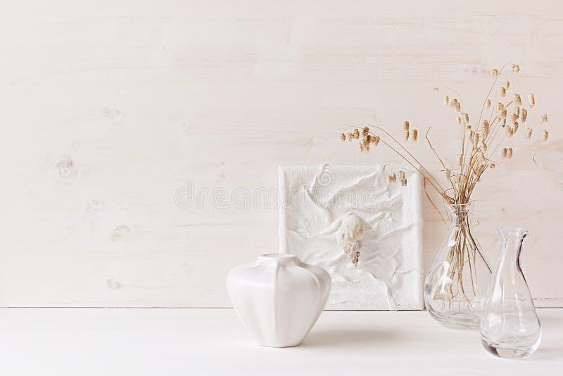 Μαλακό εγχώριο ντεκόρ Θαλασσινά κοχύλια και βάζο γυαλιού με spikelets στο άσπρο ξύλινο υπόβαθρο στοκ φωτογραφία με δικαίωμα ελεύθερης χρήσης