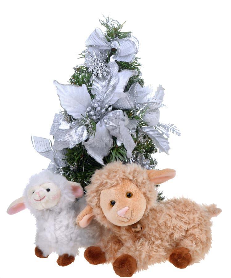 Μαλακό παιχνίδι δύο sheeps κοντά στο χριστουγεννιάτικο δέντρο στοκ φωτογραφία