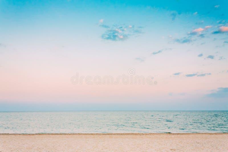 Μαλακό πλύσιμο κυμάτων θάλασσας ωκεάνιο πέρα από την άσπρη άμμο, υπόβαθρο παραλιών στοκ εικόνα
