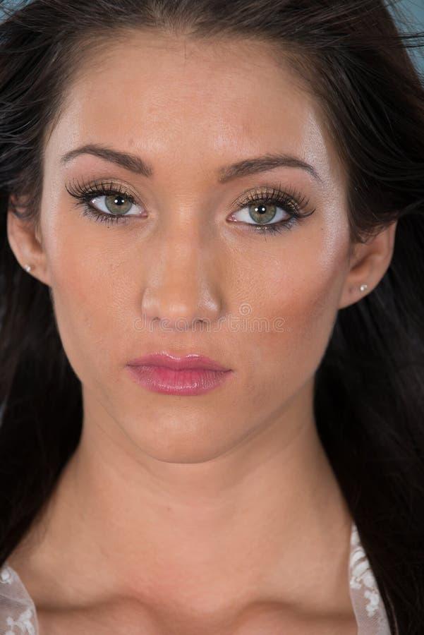 Μαλλιαρή γυναίκα Brunette με τα πράσινα μάτια στοκ φωτογραφία με δικαίωμα ελεύθερης χρήσης
