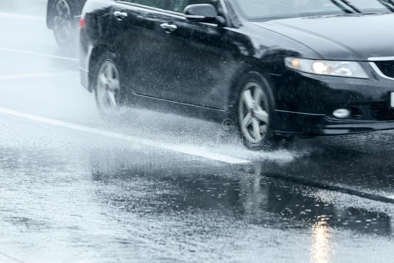 Μείωση βροχής στον υγρό δρόμο ασφάλτου κυκλοφορία αυτοκινήτων στη υψηλή ταχύτητα στοκ φωτογραφίες