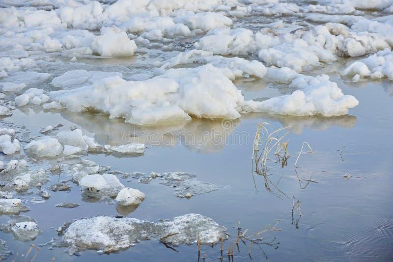 Μεγάλα άσπρα κομμάτια του πάγου και του χιονιού καταστροφή στοκ εικόνα