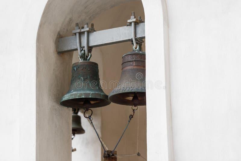 Μεγάλα βαριά κουδούνια στο καμπαναριό της Ορθόδοξης Εκκλησίας στοκ εικόνα με δικαίωμα ελεύθερης χρήσης