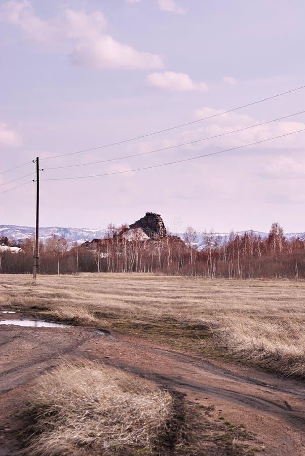 μεγάλα βουνά βουνών τοπίων Θολωμένος συννεφιασμένος δρόμος στοκ φωτογραφία με δικαίωμα ελεύθερης χρήσης