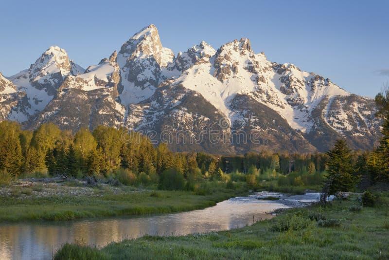 Μεγάλα βουνά Tetons με τον ποταμό κατωτέρω στοκ φωτογραφία