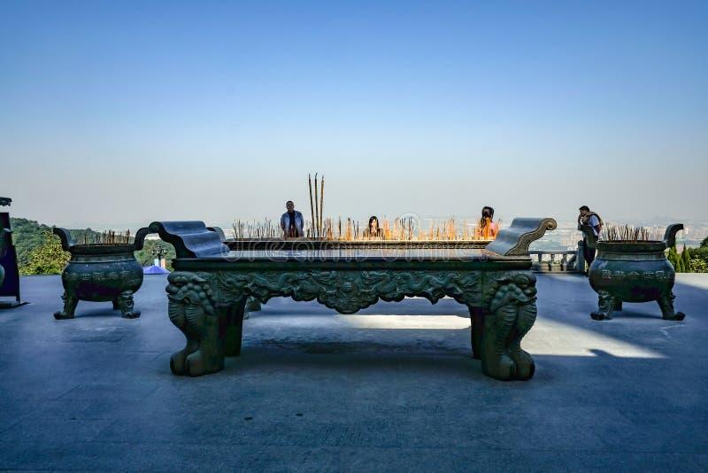 Μεγάλα δοχεία ραβδιών κινέζικων ειδώλων με την προσευχή Touriest σε Guanyin του ναού Xiqiao υποστηριγμάτων, πόλη Κίνα Foshan στοκ εικόνα με δικαίωμα ελεύθερης χρήσης