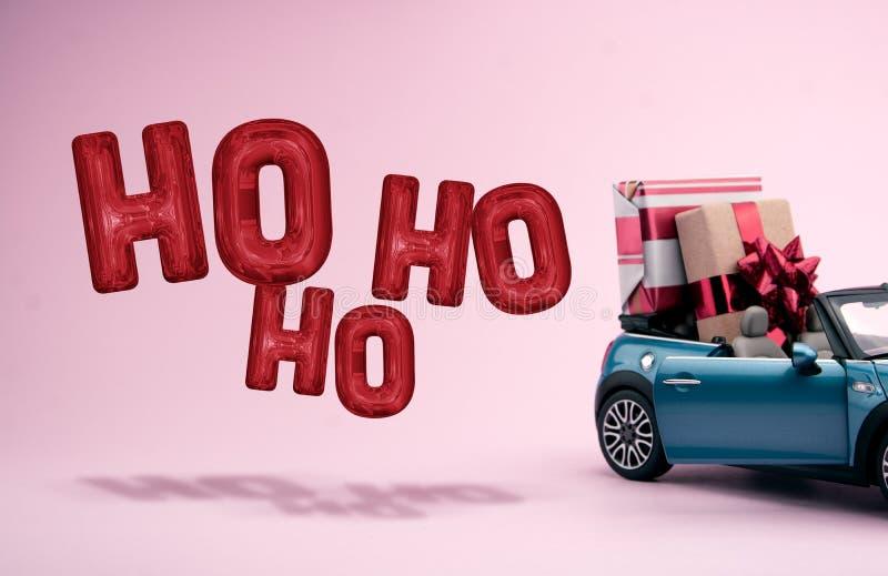 Μεγάλα δώρα Χριστουγέννων σε ένα αυτοκίνητο Μπαλόνια διακοσμήσεων ελεύθερη απεικόνιση δικαιώματος