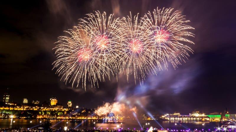 Μεγάλα και φωτεινά πυροτεχνήματα με πολλά χρώματα | Πόλη του Κεμπέκ στοκ εικόνες με δικαίωμα ελεύθερης χρήσης