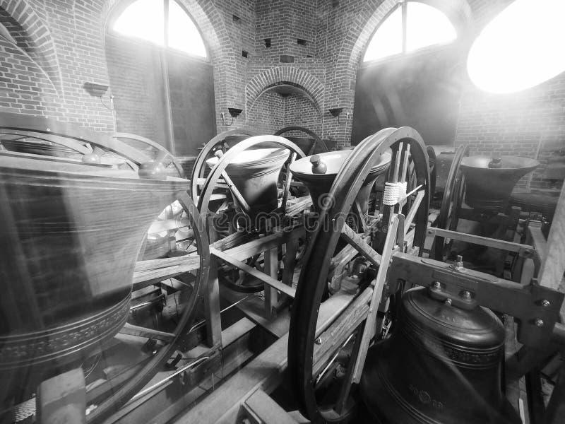 Μεγάλα κουδούνια εκκλησιών του ST Mary στο Καίμπριτζ σε γραπτό στοκ φωτογραφία