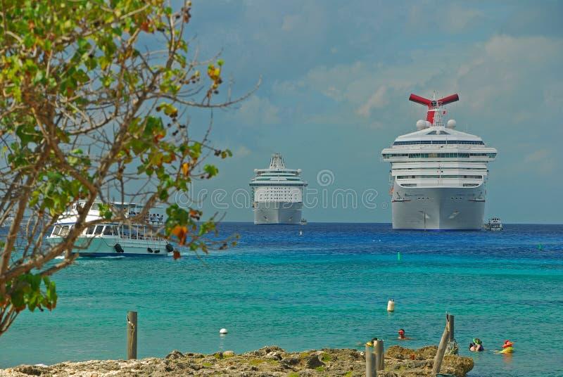Μεγάλα κρουαζιερόπλοια που ελλιμενίζουν στην πόλη του George, νησιά Κέιμαν με το καθαρό σαφές νερό στοκ εικόνα με δικαίωμα ελεύθερης χρήσης