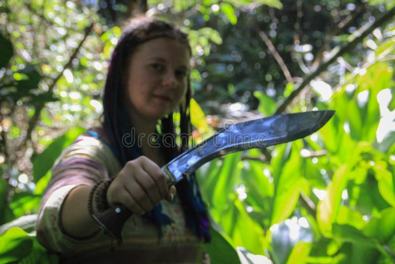 Μεγάλα μαχαίρια όπλων Melee στα χέρια του gir στοκ φωτογραφία με δικαίωμα ελεύθερης χρήσης