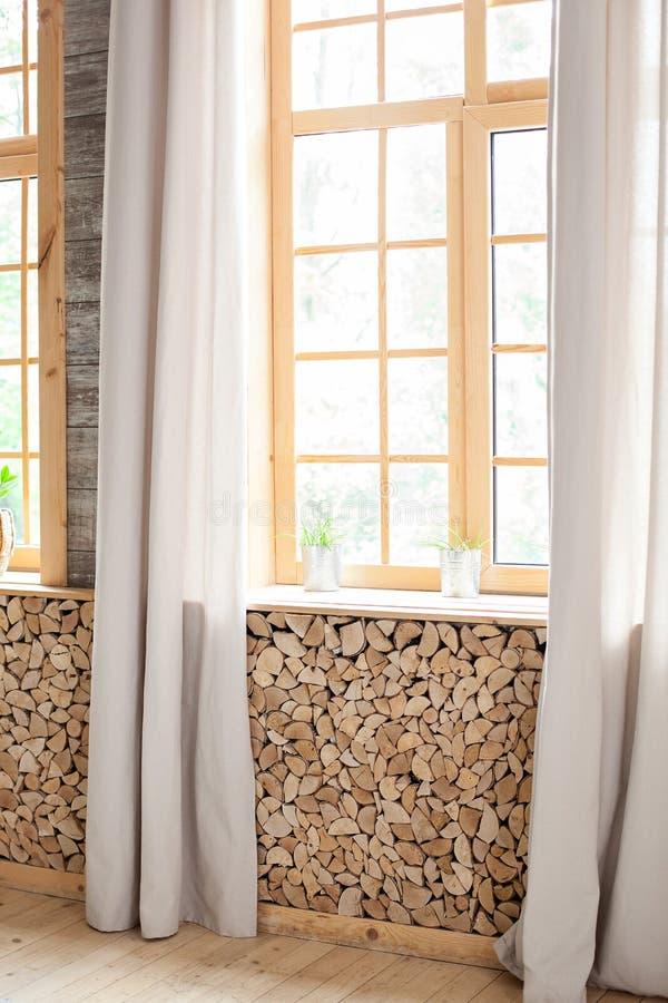Μεγάλα παράθυρα φεγγίτη με ξύλινη επένδυση και κουρτίνες Όμορφο πρωινό πολύς αέρας, ελαφρότητα και άνεση Άδειο δωμάτιο, ξύλινο στοκ εικόνα με δικαίωμα ελεύθερης χρήσης