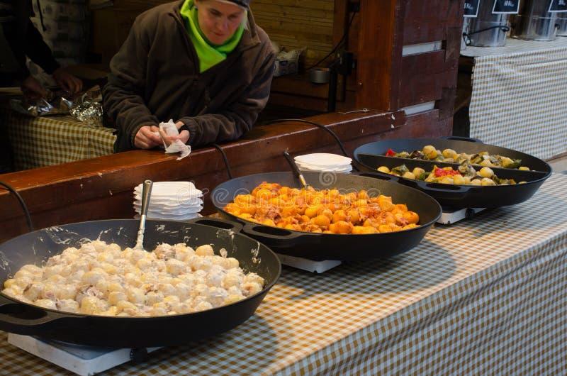 Μεγάλα τηγάνια των τσεχικών τροφίμων οδών για την πώληση στοκ φωτογραφίες με δικαίωμα ελεύθερης χρήσης
