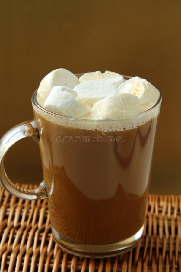 μεγάλα marshmallows γυαλιού καφέ στοκ εικόνες