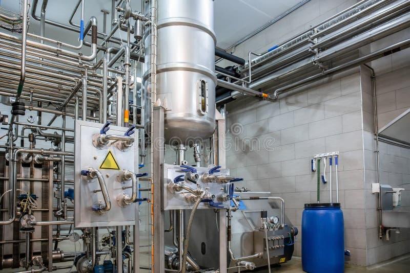 Μεγάλες δεξαμενή χάλυβα ή δεξαμενές και σωλήνες μετάλλων στις σύγχρονες εγκαταστάσεις παραγωγής χυμού και νερού Βιομηχανικό υπόβα στοκ εικόνες με δικαίωμα ελεύθερης χρήσης