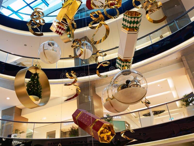 Μεγάλες διακοσμήσεις Χριστουγέννων στη λεωφόρο αγορών στοκ φωτογραφίες