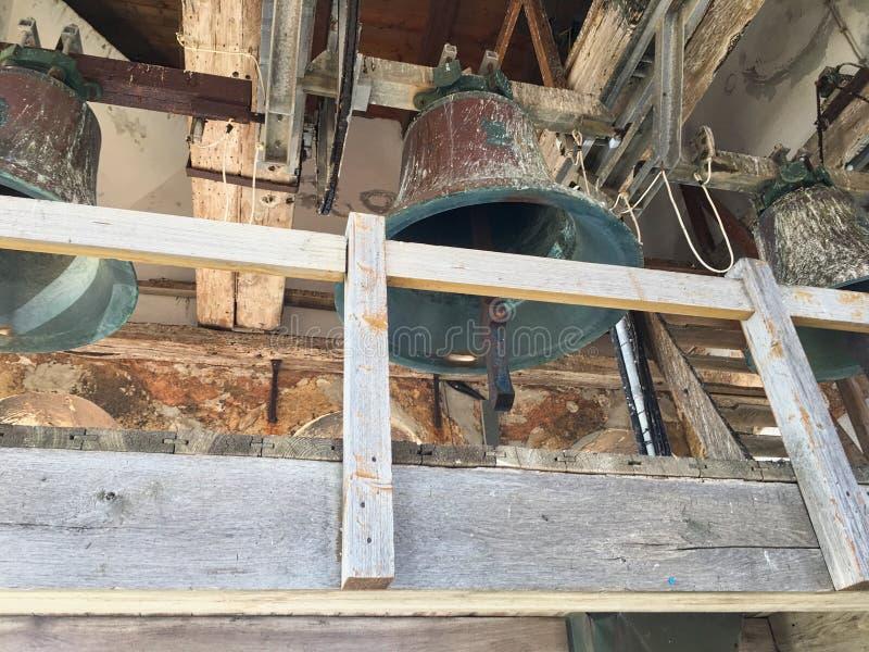 μεγάλες καμπάνες κρεμασμένες στον πύργο στοκ φωτογραφίες