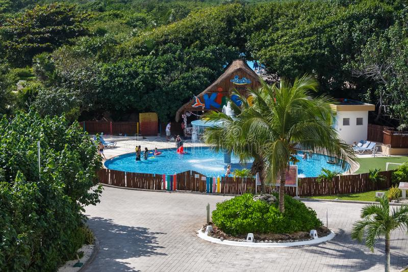 Μεγάλες ξενοδοχείο Sirenis & SPA, Riviera Maya, Μεξικό, στις 29 Δεκεμβρίου 2017 - η άποψη της λίμνης παιδιών ` s με ένα μανιτάρι  στοκ φωτογραφία με δικαίωμα ελεύθερης χρήσης