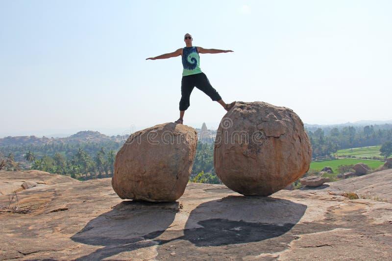 Μεγάλες πέτρες σε Hampi, Karnataka, Ινδία Ναός Virupaksha Ένα άτομο στέκεται επικίνδυνα μεταξύ των πετρών ακραίος στοκ φωτογραφία