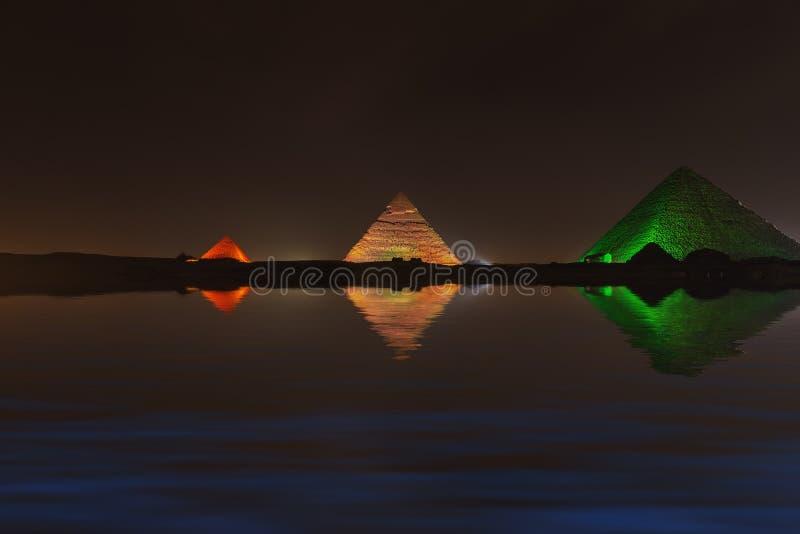 Μεγάλες πυραμίδες Giza τη νύχτα, αντανάκλαση νερού στοκ εικόνα