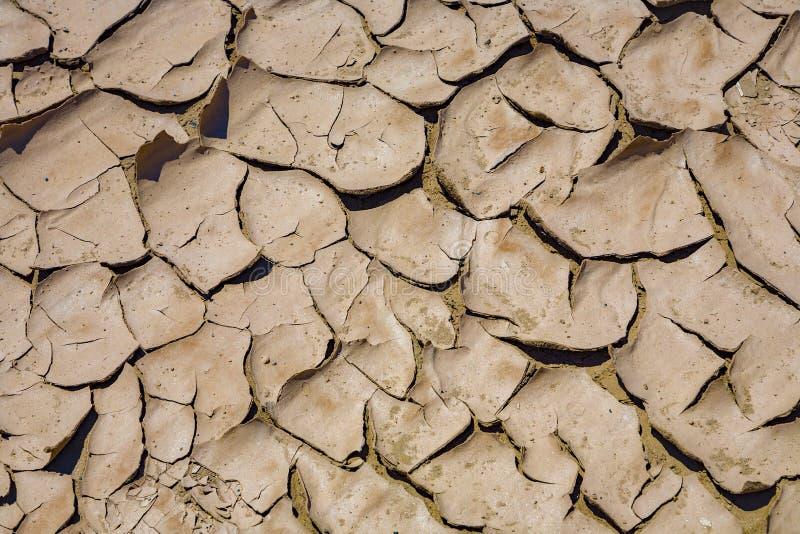 Μεγάλες ρωγμές τροφικών βόλων λάσπης και ξηρά κεραμίδια λάσπης στην κοιλάδα θανάτου στοκ φωτογραφίες με δικαίωμα ελεύθερης χρήσης