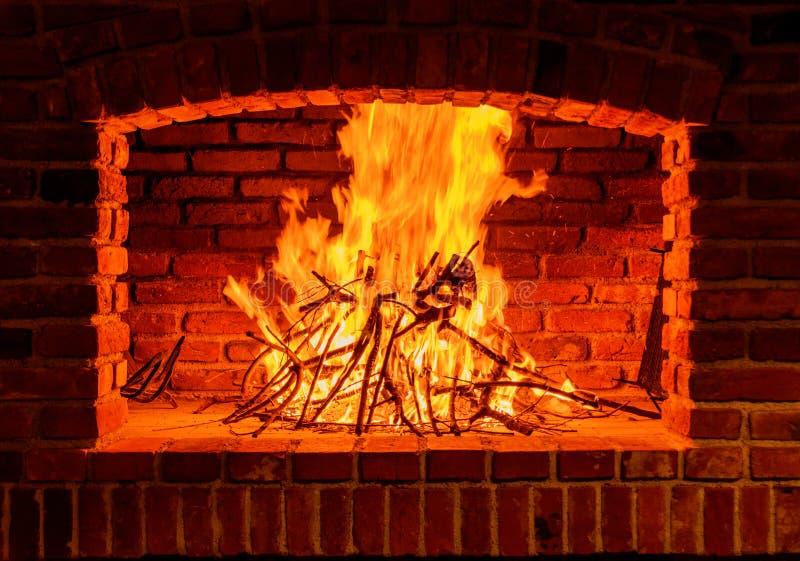 Μεγάλες φλόγες και όμορφη εστία τούβλου στοκ φωτογραφίες