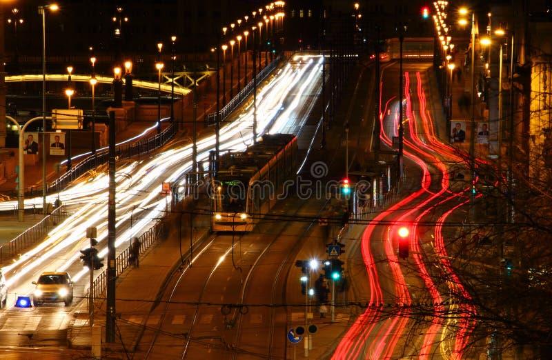 Μεγάλη άποψη έκθεσης λεωφόρων μακροχρόνια με το κίτρινο τραμ Βουδαπέστη στοκ φωτογραφία