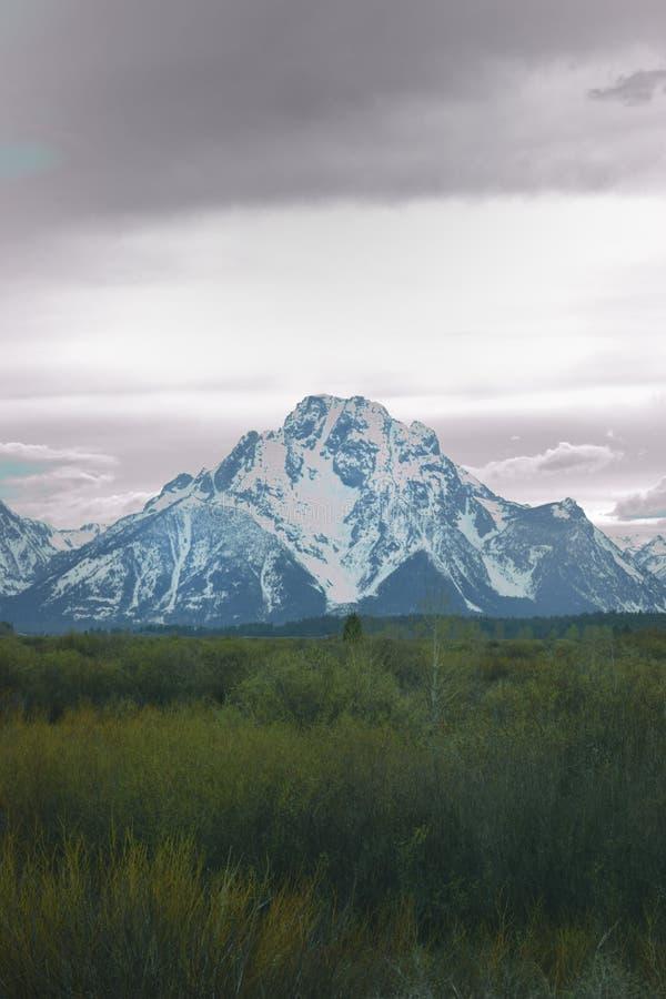 Μεγάλη άποψη πάρκων Tetons εθνική με τους θλιβερούς σκοτεινούς ουρανούς στοκ εικόνα