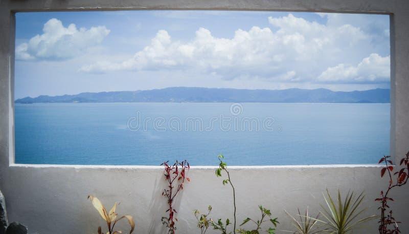 Μεγάλη άποψη πέρα από την αμμώδη παραλία Όμορφα σύννεφα στο μπλε SK στοκ φωτογραφίες