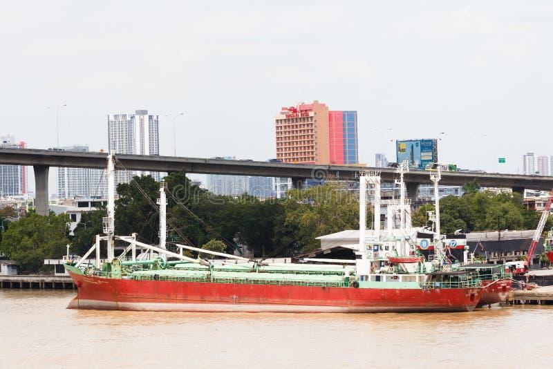 Μεγάλη αποβάθρα βαρκών φορτίου θαλάσσια στην αποβάθρα στοκ εικόνα με δικαίωμα ελεύθερης χρήσης