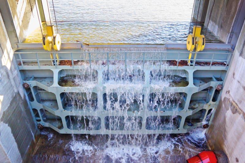 Μεγάλη βαλβίδα μετάλλων για να στραγγίξει το υπερβολικό νερό στη δεξαμενή στοκ φωτογραφία με δικαίωμα ελεύθερης χρήσης