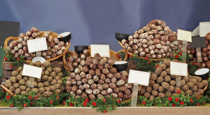 Μεγάλη επιλογή γαλλικών σαλαμιών και λουκάνικων με διαφορετικά μπαχαρικά και συστατικά σε βάση αγοράς στοκ φωτογραφίες με δικαίωμα ελεύθερης χρήσης