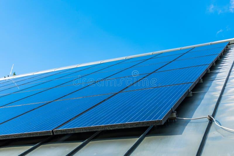 Μεγάλη επιτροπή ηλιακής ενέργειας στη στέγη ενός σπιτιού στοκ εικόνα με δικαίωμα ελεύθερης χρήσης