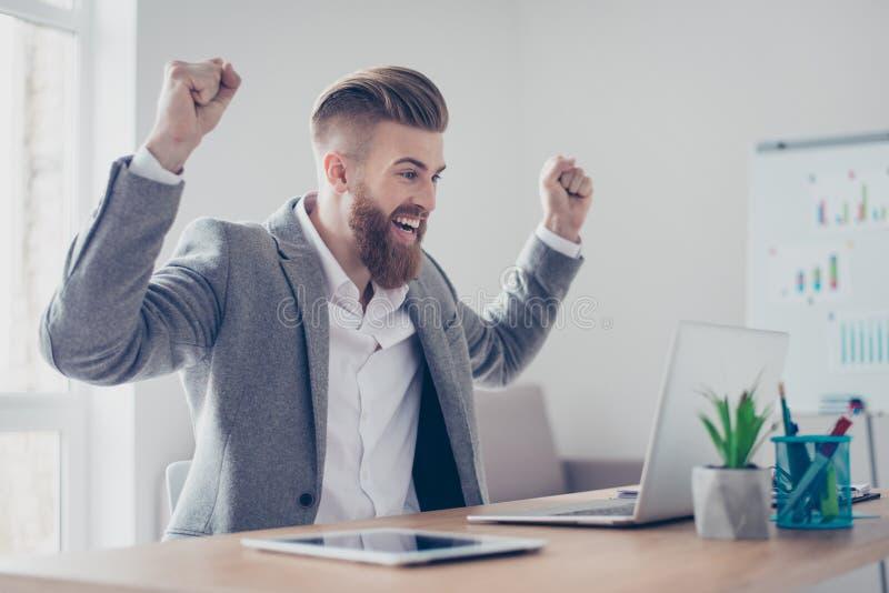 Μεγάλη εργασία! Ο πολύ συγκινημένος επιχειρηματίας γιορτάζει την αύξηση στοκ εικόνα με δικαίωμα ελεύθερης χρήσης