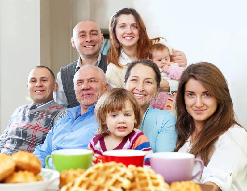 Μεγάλη ευτυχής οικογένεια που έχει το τσάι στοκ φωτογραφίες