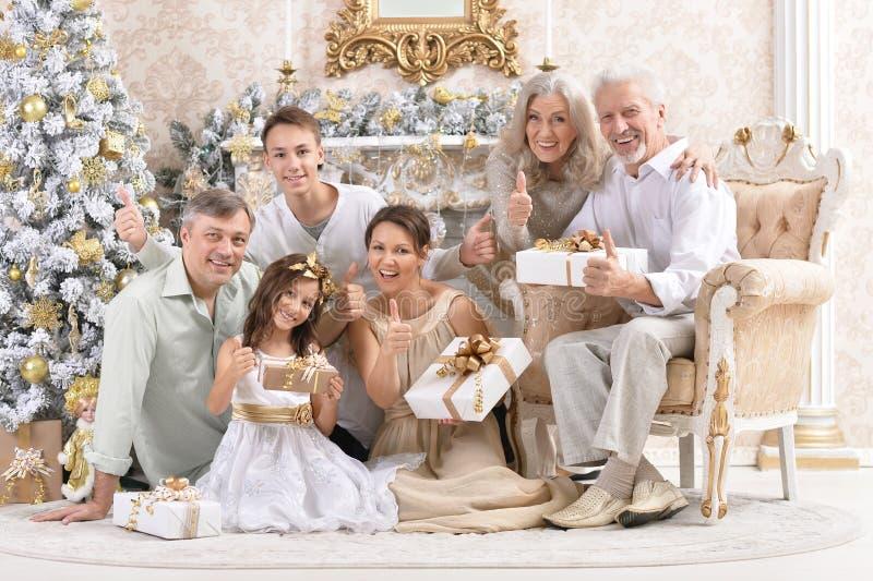 Μεγάλη ευτυχής οικογένεια που γιορτάζει το νέο έτος στο σπίτι στοκ φωτογραφίες