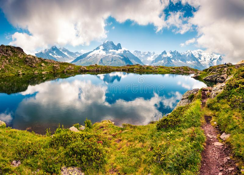 Μεγάλη θερινή άποψη της λίμνης Blanc λάκκας με τη Mont Blanc Monte Β στοκ εικόνες με δικαίωμα ελεύθερης χρήσης