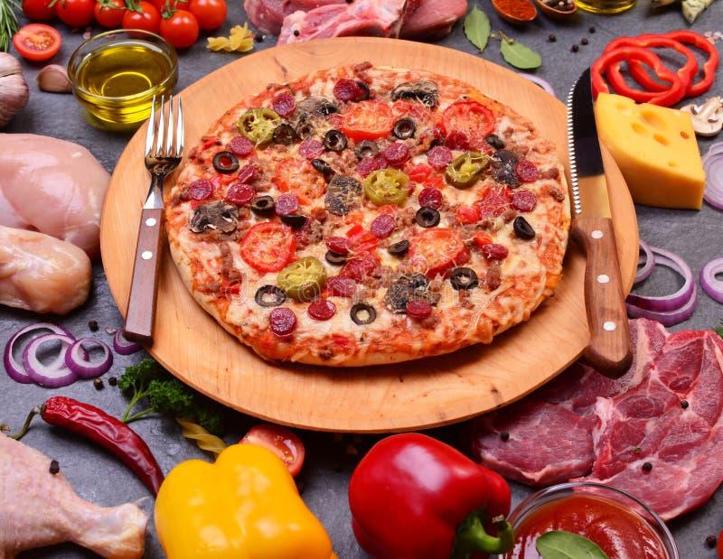 Μεγάλη ιταλική πίτσα στοκ φωτογραφίες