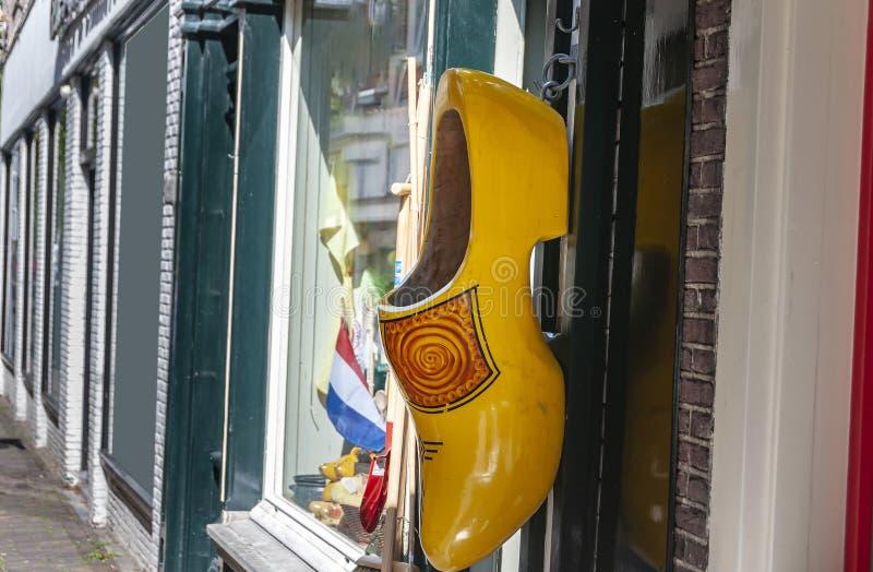 Μεγάλη κίτρινη ολλανδική clog ένωση σε μια πόρτα στοκ εικόνες