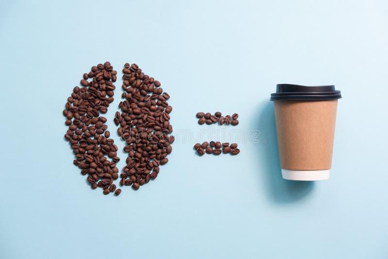 Μεγάλη μορφή φασολιών καφέ φιαγμένη από φασόλια καφέ και φλυτζάνι εγγράφου r στοκ εικόνες με δικαίωμα ελεύθερης χρήσης