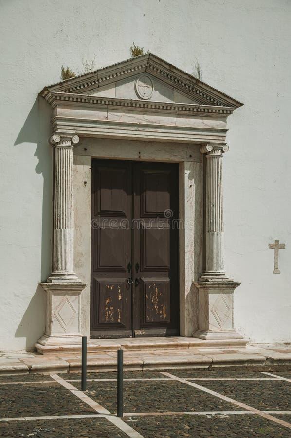 Μεγάλη ξύλινη πόρτα στην εκκλησία μητέρων Estremoz στοκ φωτογραφίες