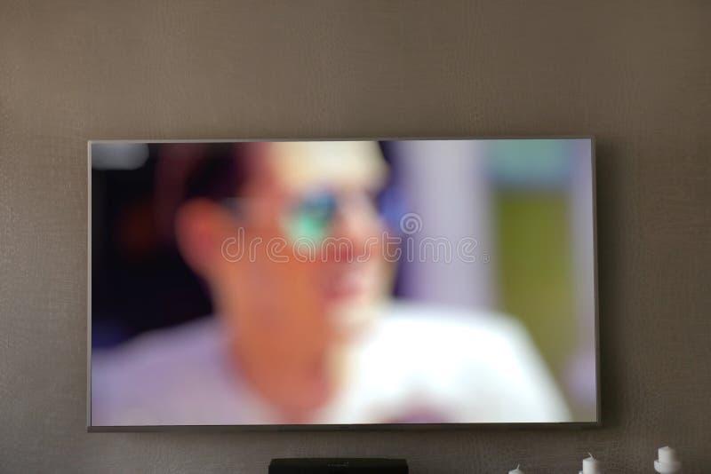 Μεγάλη οθόνη TV στον γκρίζο τοίχο στοκ εικόνες με δικαίωμα ελεύθερης χρήσης