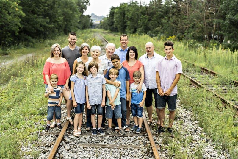 Μεγάλη οικογένεια με τον πατέρα παππούδων και γιαγιάδων ξαδέλφων και παιδί σε ένα δάσος στοκ εικόνα
