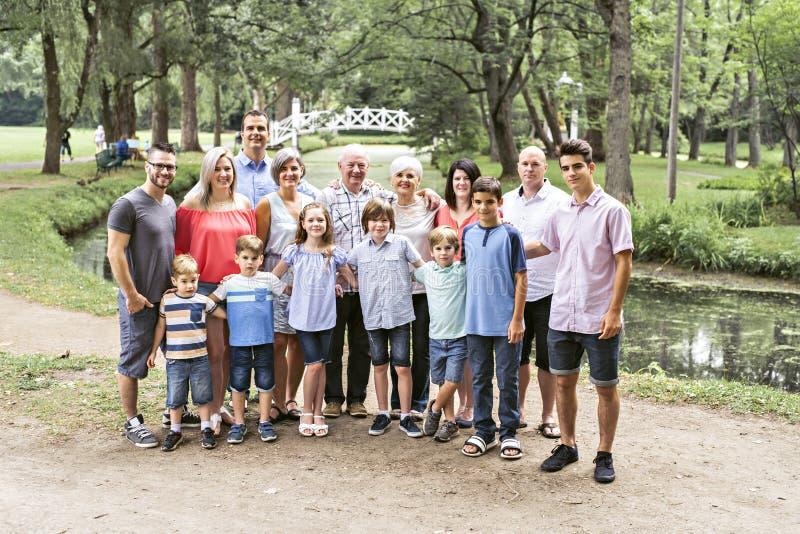 Μεγάλη οικογένεια με τον πατέρα παππούδων και γιαγιάδων ξαδέλφων και παιδί σε ένα δάσος στοκ φωτογραφία με δικαίωμα ελεύθερης χρήσης