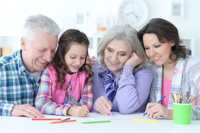 Μεγάλη οικογένεια με το χαριτωμένο μικρό κορίτσι που κάνει την εργασία στοκ εικόνες