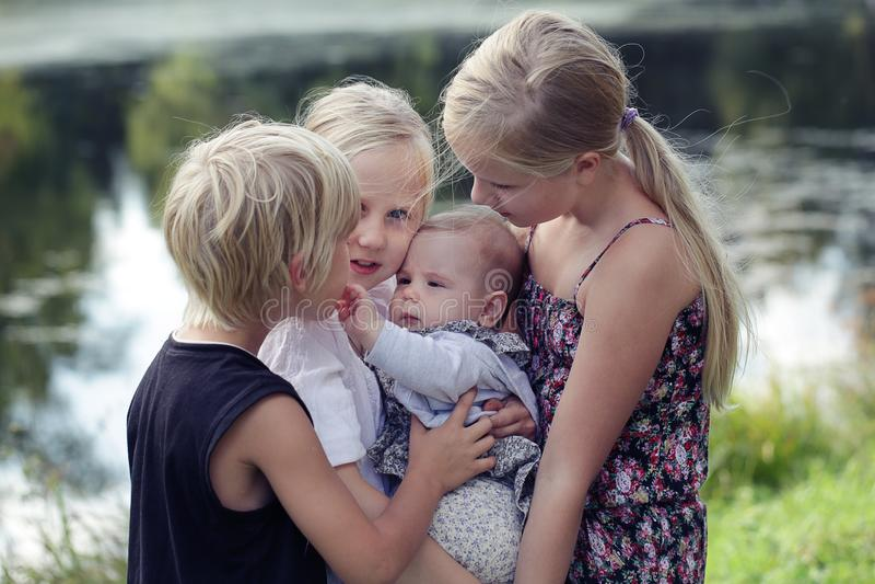 μεγάλη οικογένεια Πορτρέτο των ευτυχών χαριτωμένων μεγάλων και μικρών αδελφών και της ενόχλησης στοκ εικόνες