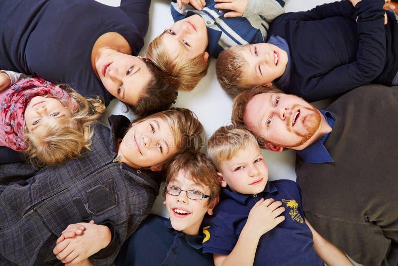 Μεγάλη οικογένεια σε έναν κύκλο στοκ φωτογραφία