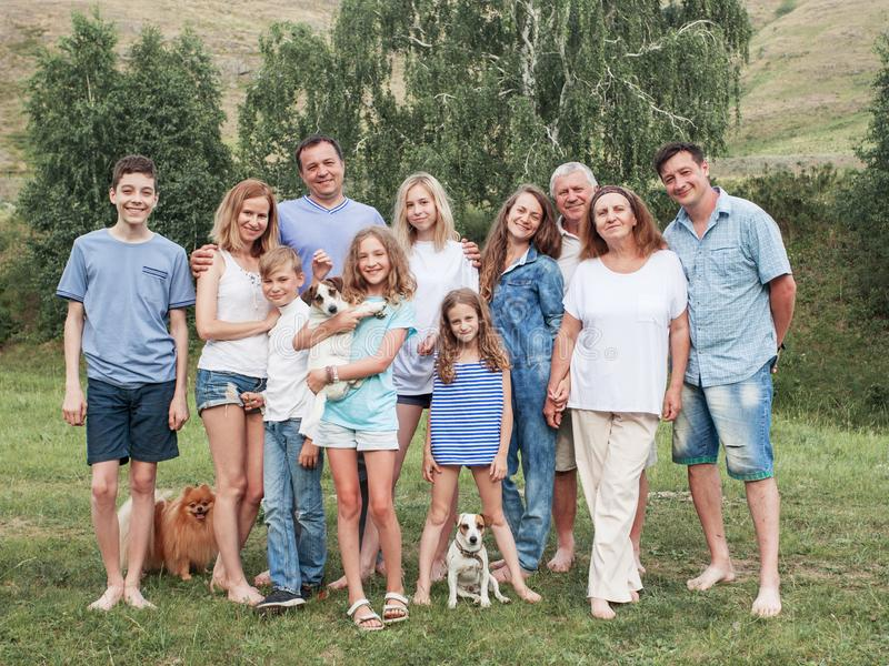 Μεγάλη οικογένεια υπαίθρια στοκ φωτογραφία με δικαίωμα ελεύθερης χρήσης