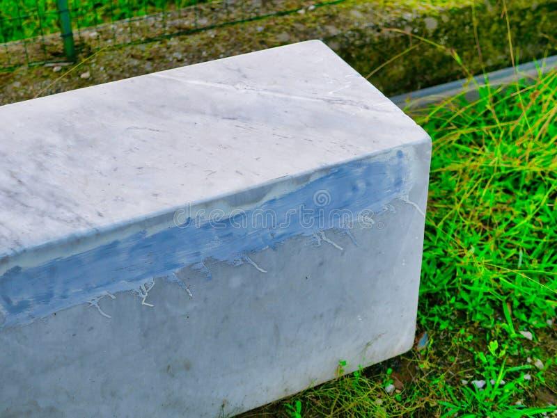 μεγάλη πέτρα στη χλόη - εικόνα στοκ εικόνα